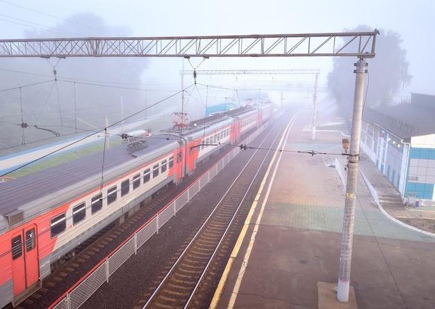 ノボシビルスク、シベリア、ロシア-08.15.2021:鉄道駅のプラットフォームのレール上のロシア鉄道の郊外列車の車