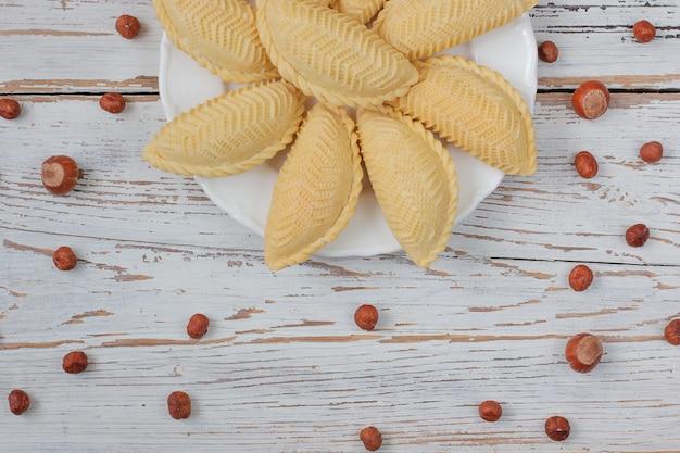 白いプレートに伝統的なアゼルバイジャンの休日novruzクッキーバクラヴァ