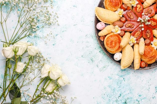 テーブルの上の黒いトレイプレートに伝統的なアゼルバイジャンの休日novruzクッキーバクラヴァとシャカルブラ