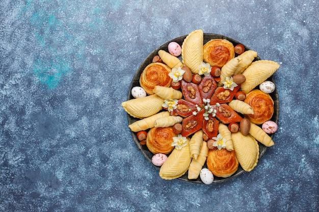 伝統的なアゼルバイジャンの休日novruzクッキーバクラヴァとシャカルブラブラックトレイプレート