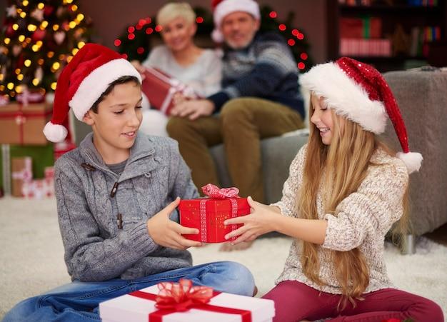 이제 선물을 교환 할 차례입니다.