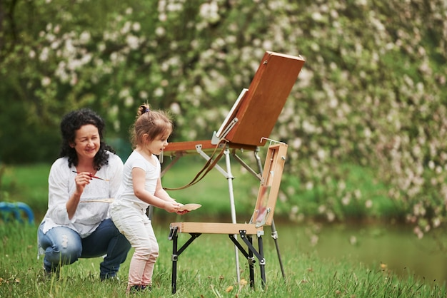 では、学んだことを試してみましょう。孫娘に塗り方を教える。自然公園内