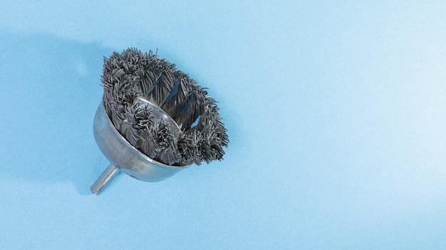 맨 손으로 배경에 녹에서 금속을 청소하기위한 노즐. 수리 및 시공. 표면 처리.