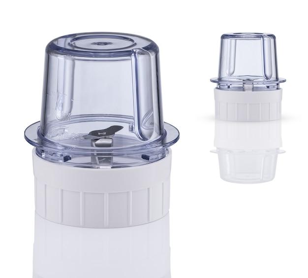 Сопло с лезвием из кофемолки на белом фоне с отражением. кухонные приборы