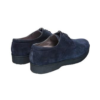 白い表面に分離された靴紐のヌバックブルーメンズシューズ