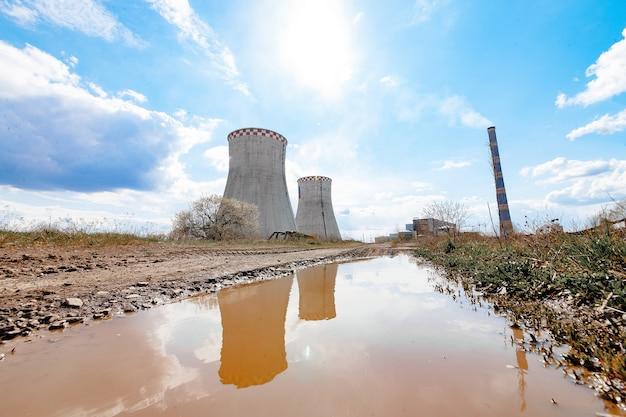 Атомная электростанция на берегу моря. концепция бедствия экологии.