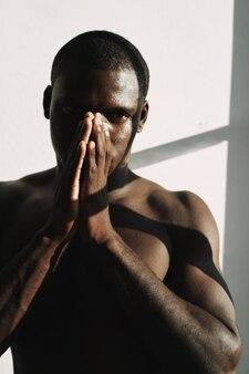 누드 아프리카 남자 패션 창 조명 스튜디오
