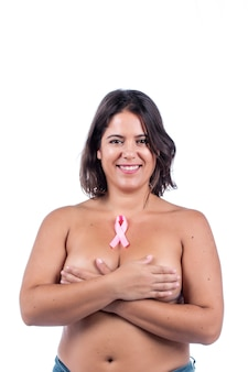 Обнаженная кавказская девушка с лентой рака груди на белом фоне.