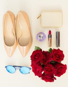 財布、バラ、サングラス、赤い口紅、上面図のヌード色のハイヒールの静物