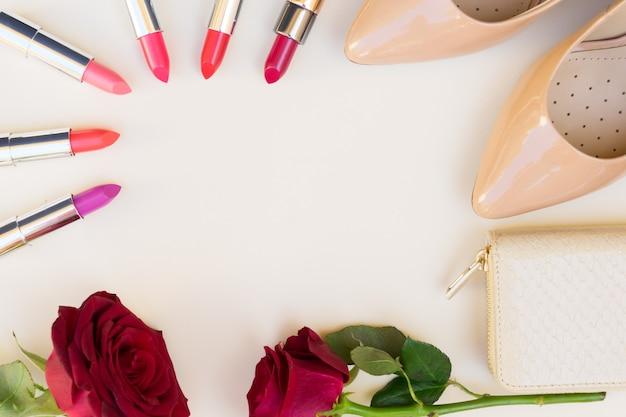 립스틱, 신선한 장미 꽃 및 지갑 영웅 헤더가있는 누드 컬러 하이힐