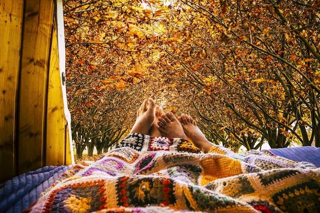 작은 아늑한 밴 밖에서 가을을 볼 수있는 편안한 누드 피트 사람들