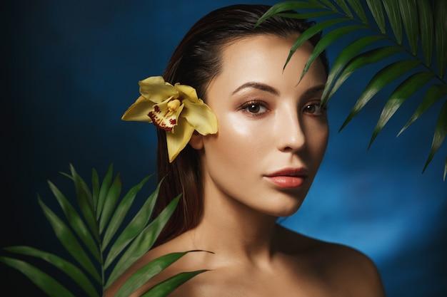 ヌード写真。ファッションスタイル。自然の美。花で裸の女性。ポートレート