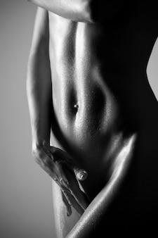 彼女の肌に水滴を持つ裸の女性