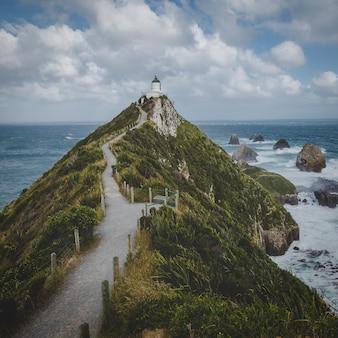 ナゲットポイント灯台トレイルとニュージーランドのオタゴの海の岩
