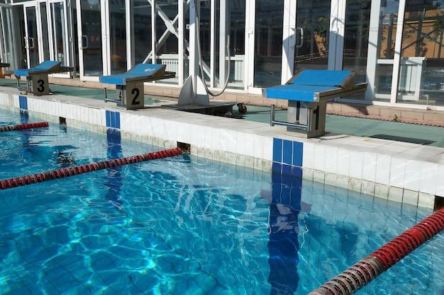 Номерная тумбочка для прыжка спортсмена в бассейн