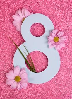 Номер восемь вырезан в бумаге на фоне розового блеска. хорошо для 8 марта, баннер международного женского дня.