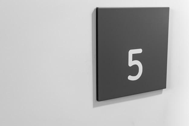 흰 벽에 있는 블랑 플라스틱의 5번 기호
