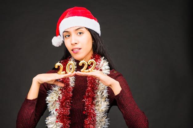 산타 모자와 함께 번호 새 해 축 하 라틴 젊은 여자 새 해 복 많이 받으세요