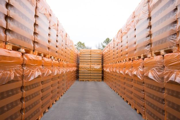 戸外倉庫にある製品が梱包されたパレットの数