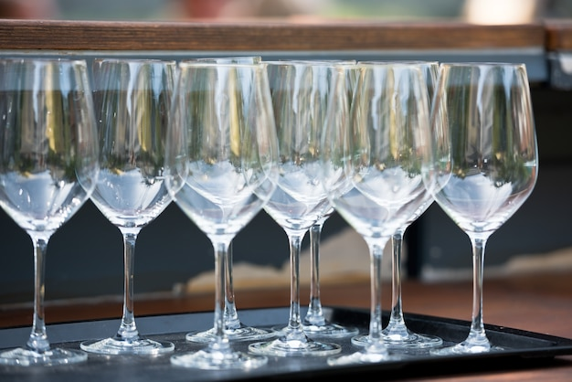レストランのテーブルにあるワイングラスの数