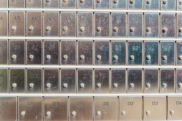 郵便局の秘密を隠すための番号付きの金属製金庫。