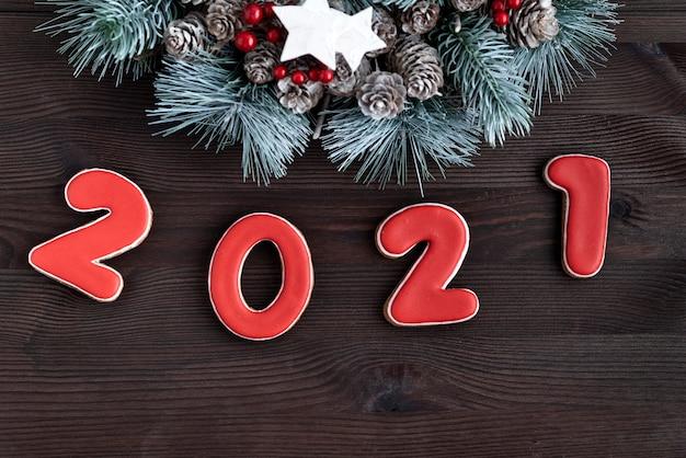 暗い木の背景の番号2021。新年とメリークリスマスの背景。