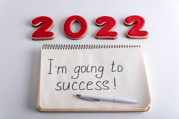 Цифры 2022 и тетрадь с надписью «я иду к успеху». мотивация на 2022 год.