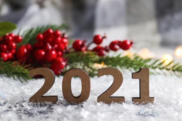 クリスマスツリーと赤い果実とお祝いのぼやけた背景に対する数字
