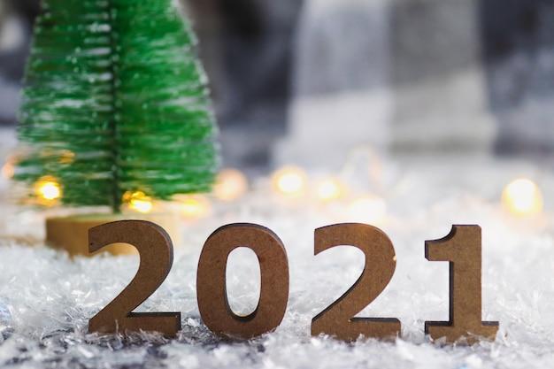 クリスマスツリーとお祝いのぼやけた背景に対する数字