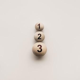 Цифры на деревянном круглом шаре, разного размера, абстрактные концептуальные идеи