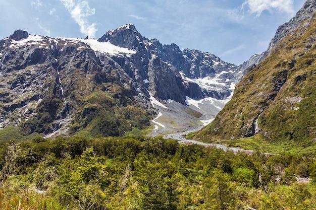 Многочисленные ручьи с гор по дороге на южный остров фьордленд, новая зеландия.