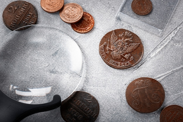 貨幣学。古い収集可能なコインは、木製のテーブルに銅を作った。上面図。
