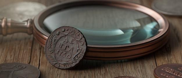고전학. 나무 테이블에 금으로 만든 오래 된 소장 동전. 나무 테이블에 금으로 만든 오래 된 소장 동전.