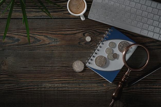 Нумизматика. старые коллекционные монеты из серебра на деревянном столе. вид сверху.