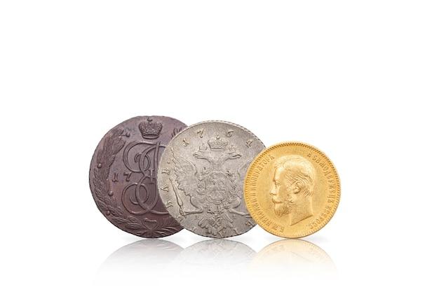 Нумизматика. старинные коллекционные монеты из серебра, золота и меди. изолированный белый фон.