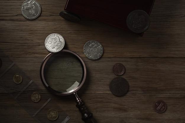 고전학. 실버, 골드 및 구리 테이블에 오래 된 수집 가능한 동전. 평면도.