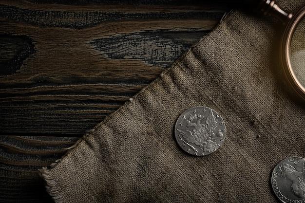 Нумизматика. старые коллекционные монеты из серебра на столе. вид сверху.
