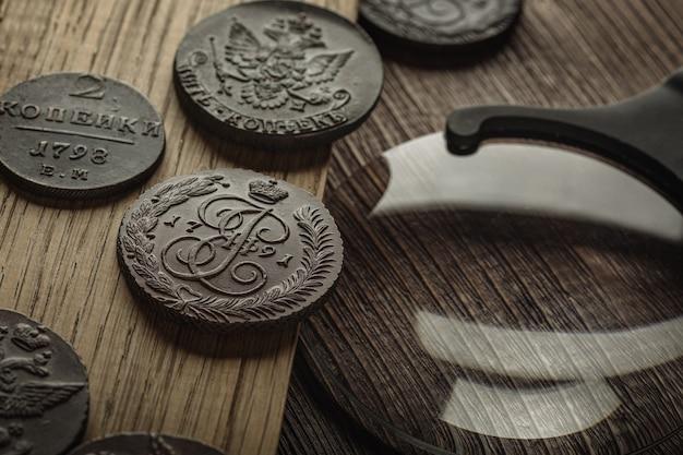 고전학. 나무 테이블에 오래 된 소장 동전입니다.