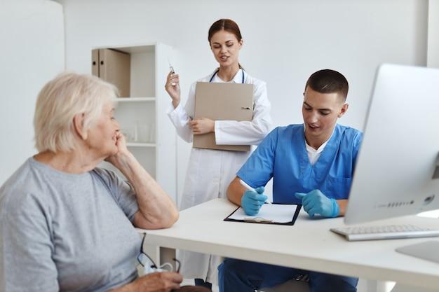 환자 진단 치료 병원과 의사 소통하는 간호사와 의사