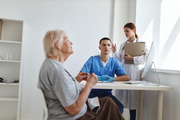 患者の健康病院を診察する看護師と医師