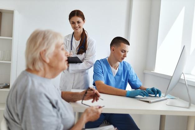 돕는 병원 환자 옆에 간호사와 의사