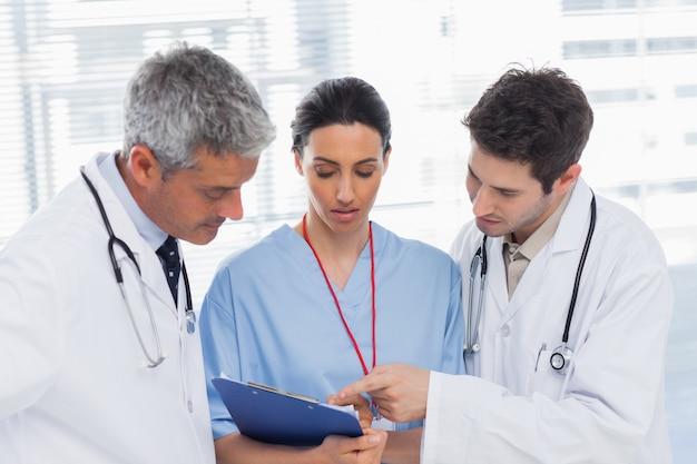看護婦と医者が一緒にファイルを探している