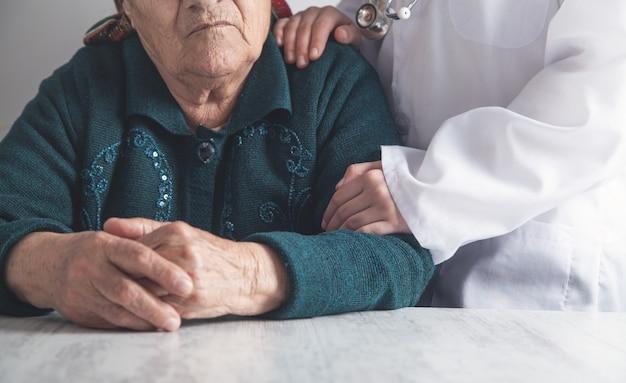Медсестра и пожилая женщина-пациент. здоровье и уход за пожилыми людьми