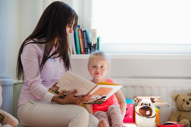 Медсестра и девочка в дошкольных учреждениях