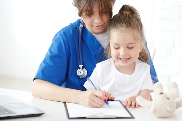 看護師と子供が医療記録を書く