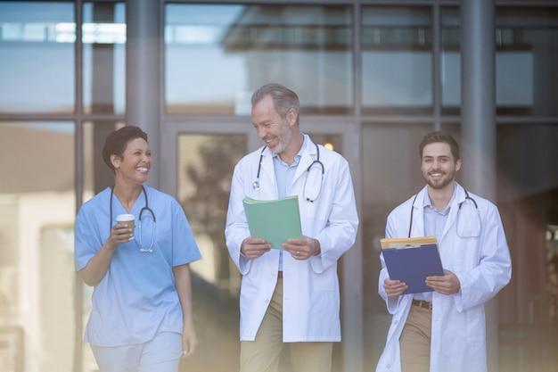 Медсестра и хирурги, взаимодействующие друг с другом