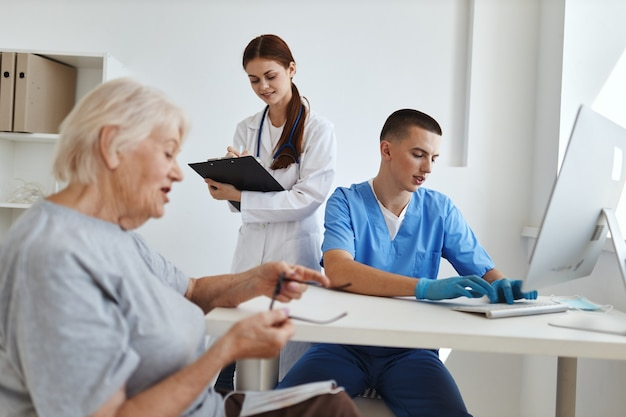 의사 옆에 있는 간호사 조수가 환자 병원과 의사 소통합니다.