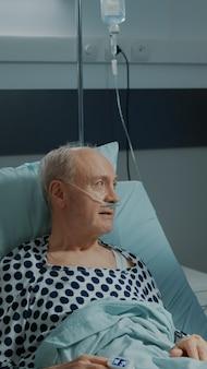 病棟に横たわっている病気の患者の看護師チェックファイル