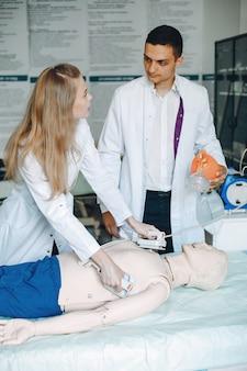 L'infermiera conduce la rianimazione. il medico aiuta la donna a eseguire l'operazione.