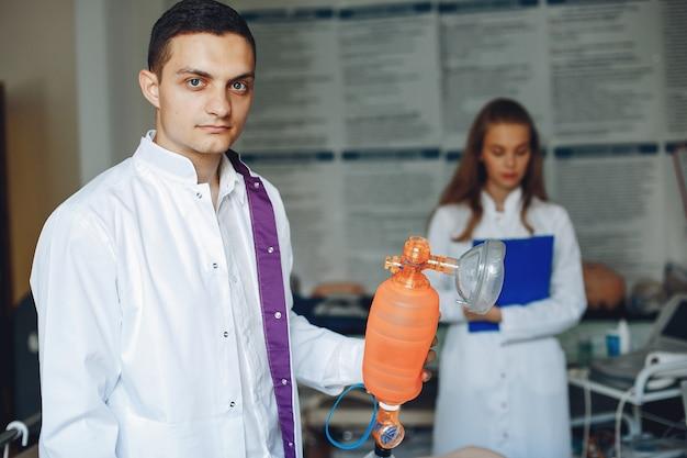 看護師が蘇生を行います。医者は女性が手術を行うのを助けます。